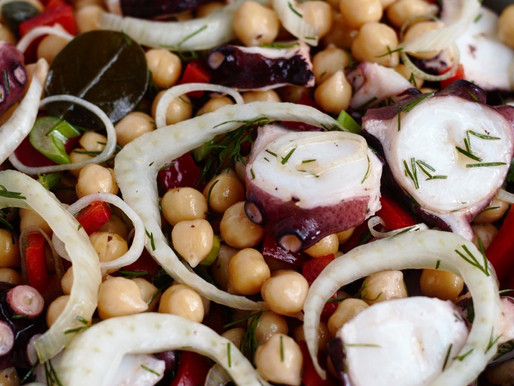 Σαλάτα με χταπόδι ρεβίθια φρέσκα λαχανικά και σως ταχινιού