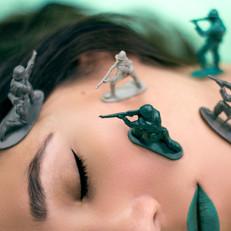 הרדוף רובין, חיילי צעצוע, אמנות דיגיטלית, פרסום בפייסבוק, איפור, צילום אפנה, מלחמה, פרסום באינסטגרם, צילום מסחרי