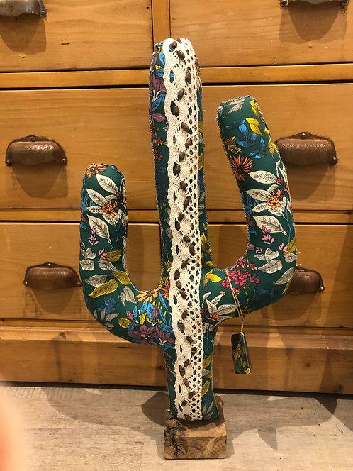 Cactus en tissu motif floral avec galon en dentelle et perles en bois