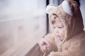 Barn genom fönstret