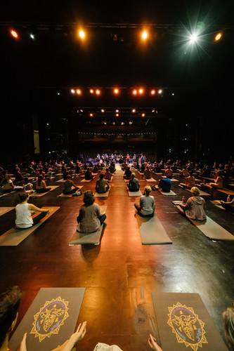 simontoplak-com_labrassbanda-meets-yoga_
