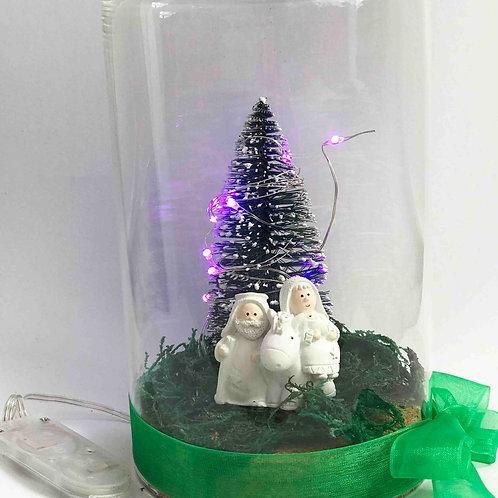 Campanula com presépio e árvore iluminada