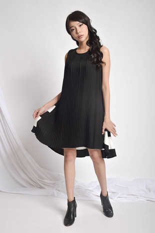Nvery Pleated Dress in White / Black