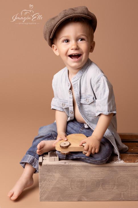 enfant studio chapeau chemise ouverte fond beige