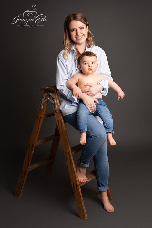 maman et bébé studio fond gris escabeau jeans chemise bleue