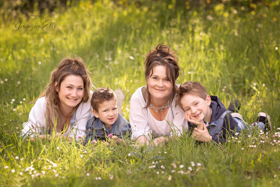 maman et grand maman couchée dans l'herbe avec deux garcons