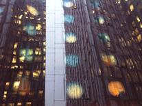 Hochhaus Hamburg mit Leuchtkugeln geschmückt