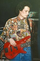 Bassist pamband spielt Bass