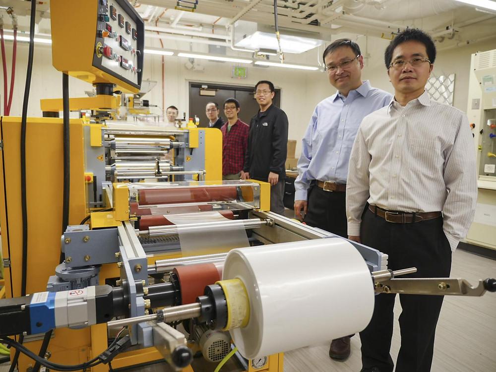 Equipo de trabajo que desarrolló el metamaterial para irradiar calor