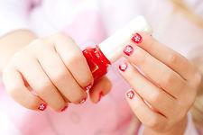 Květina malované nehty