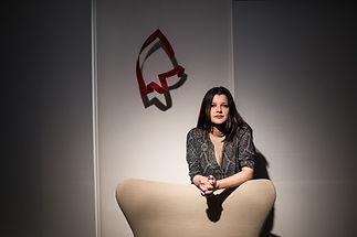 Escritora venezolana Michelle Roche Rodríguez fotografiada con su sillón de lectura