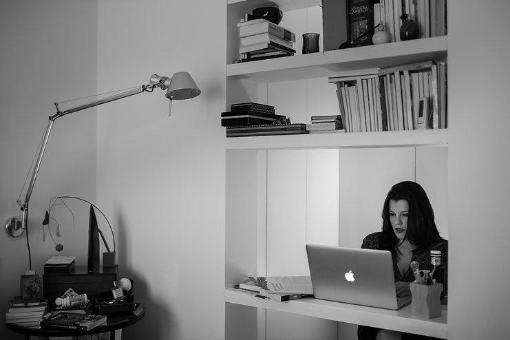 Escritora venezolana Michelle Roche Rodríguez en su escritorio