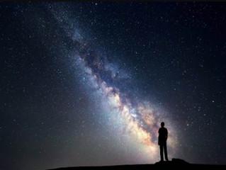 إذا كانت السماء مليئة بالنجوم والمجرات؛.. فلماذا تبدو مظلمة ليلاً ؟..