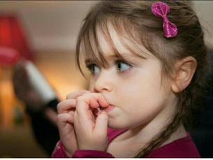 10 خطوات للتخلص من عادة قضم الاظافر عند الاطفال.