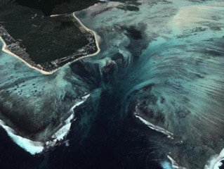 شلالات مياه تحت الماء في جزيرة موريشيوش