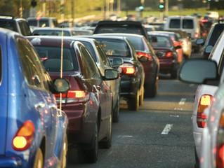 Lo que nunca debes hacer al conducir durante un atasco