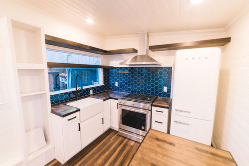 10' wide tiny house kitchen