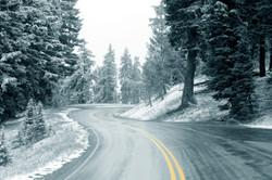 Winter_Winter_road_with_orange_markings_
