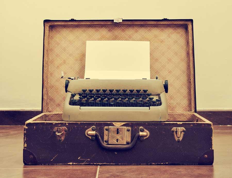 Tout le monde sait écrire! Lancez-vous (vieille machine à écrire dans une valise)