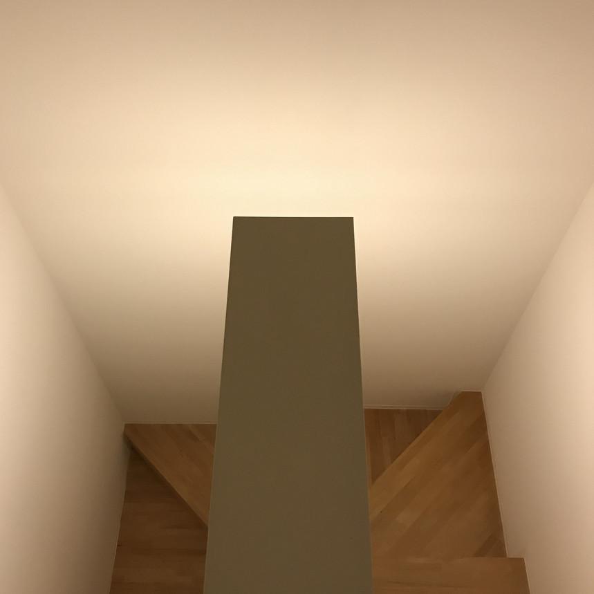 回り階段の中央の壁