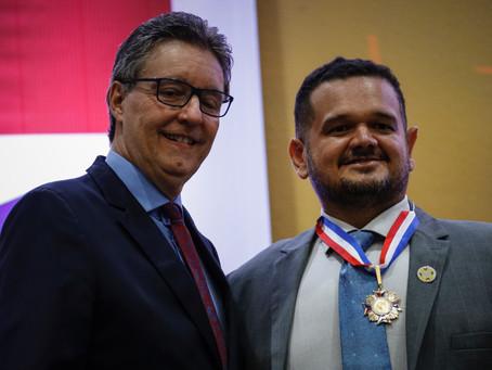 Defensores públicos são homenageados com Medalha do Mérito Legislativo na ALE