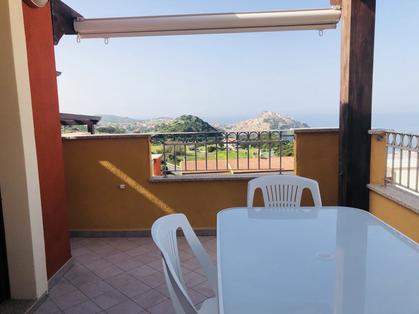 terrazza con tavolo e vista.heic
