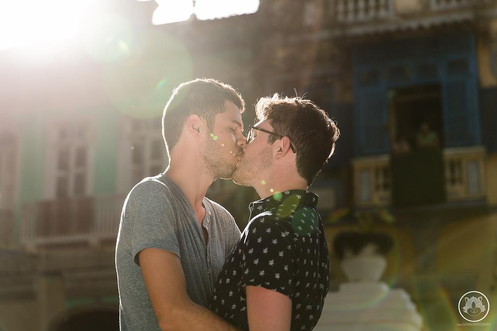 beijo de casal lgbt