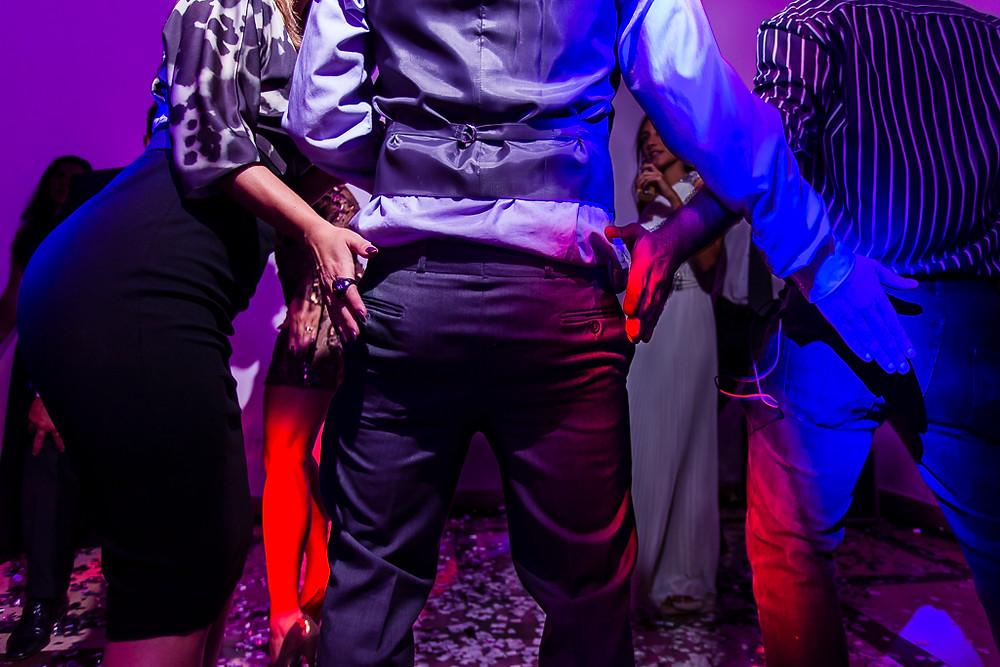 convidados dançando em casamento gay