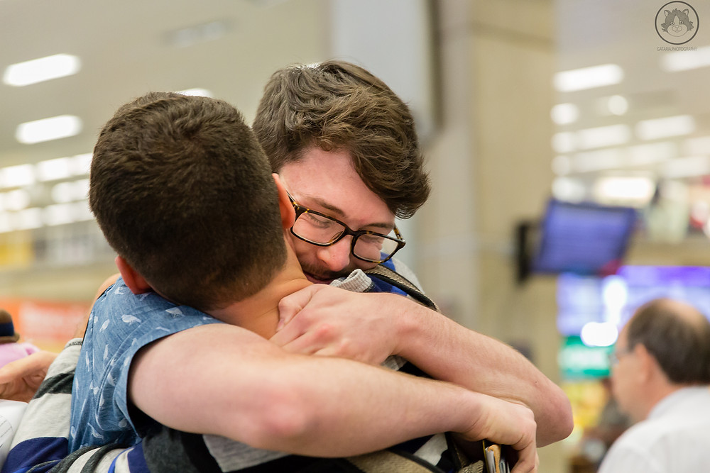 Abraço de casal homoafetivo masculino