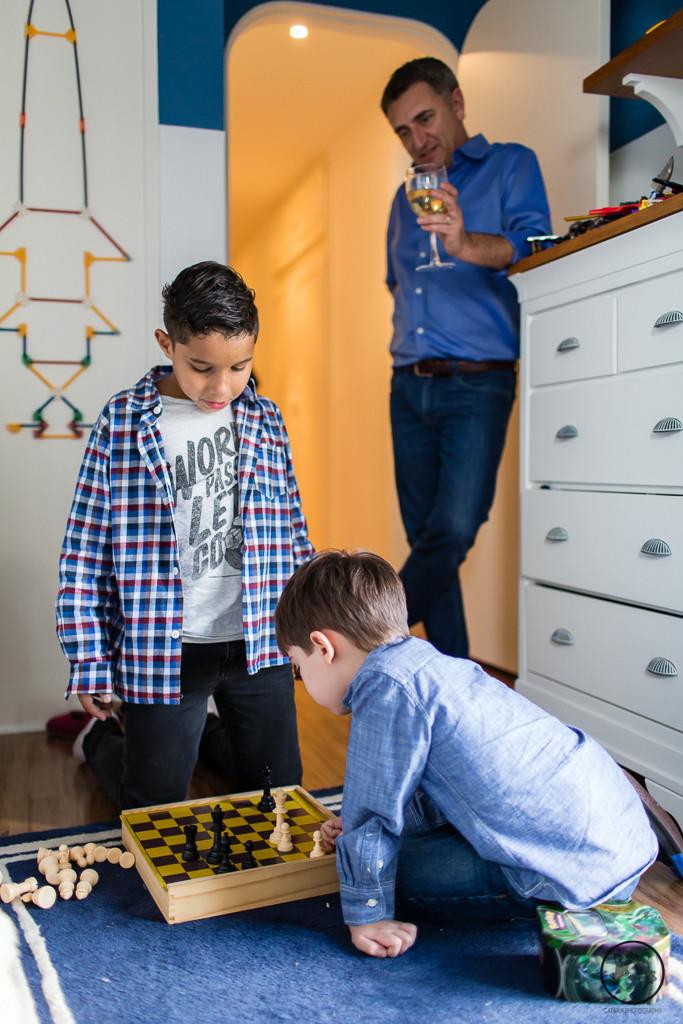 pai gay e filho jogando xadrez