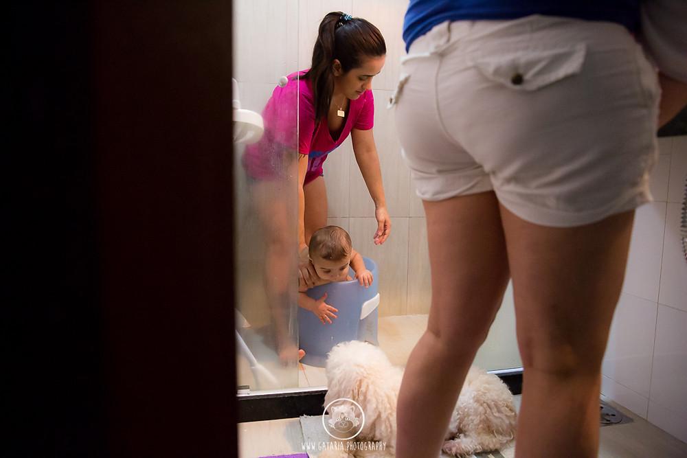 mães lésbicas dando banho no filho
