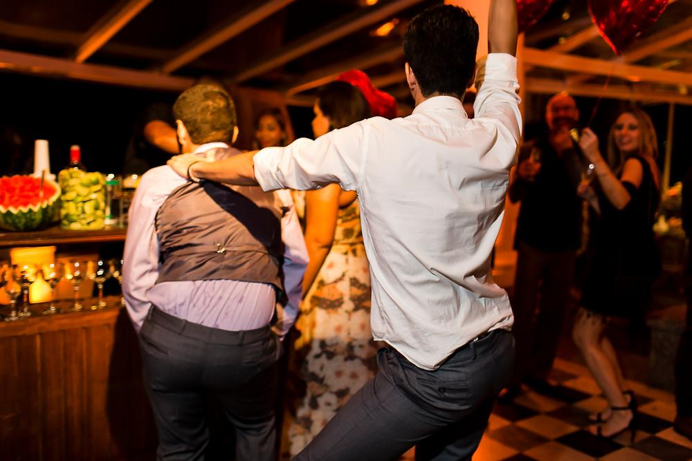 convidados dançando em casamento lgbt