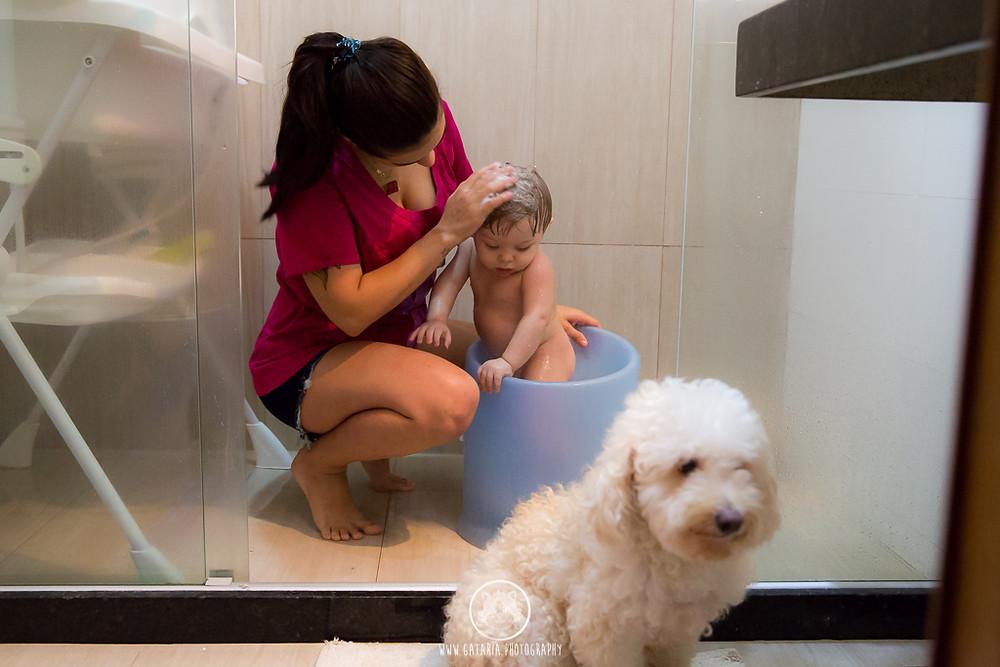 mãe lésbica dando banho no filho