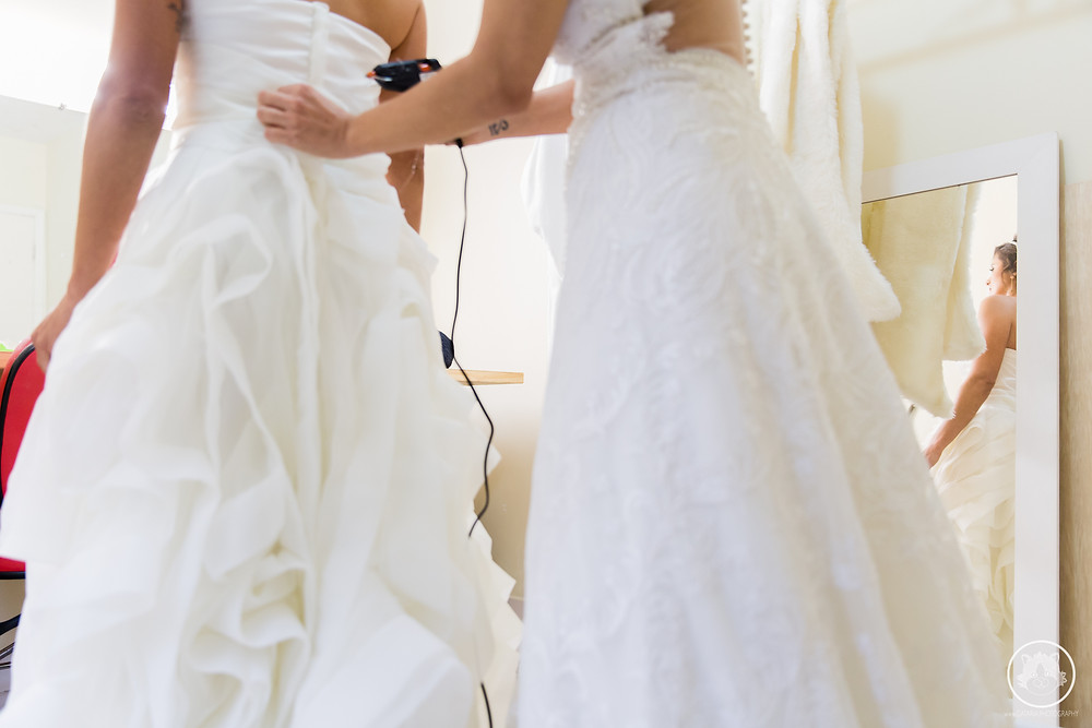 noivas colocando os vestidos