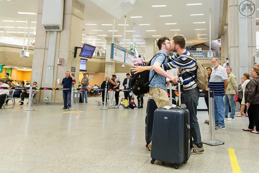 beijo de casal gay no aeroporto santos dumond RJ
