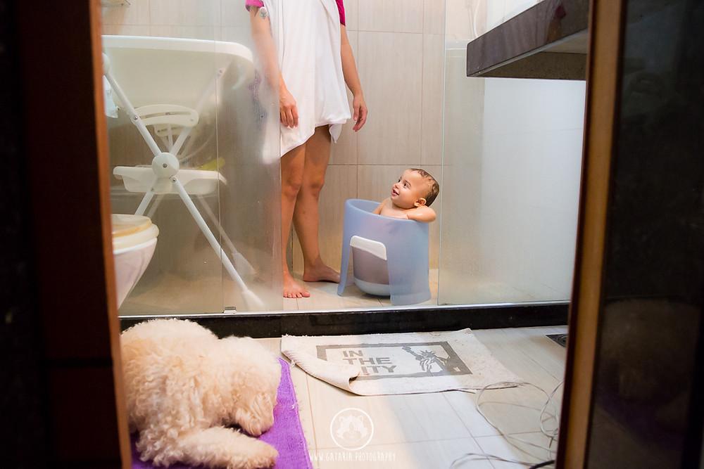filho de mães lésbicas tomando banho