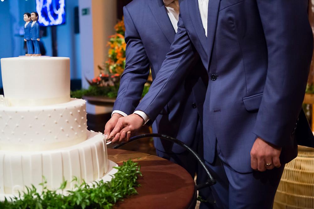 corte do bolo em casamento homoafetivo