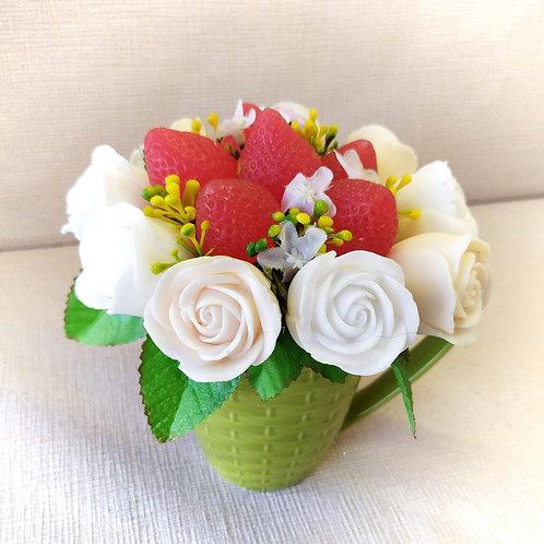 Букет белых роз с клубничками в кружке