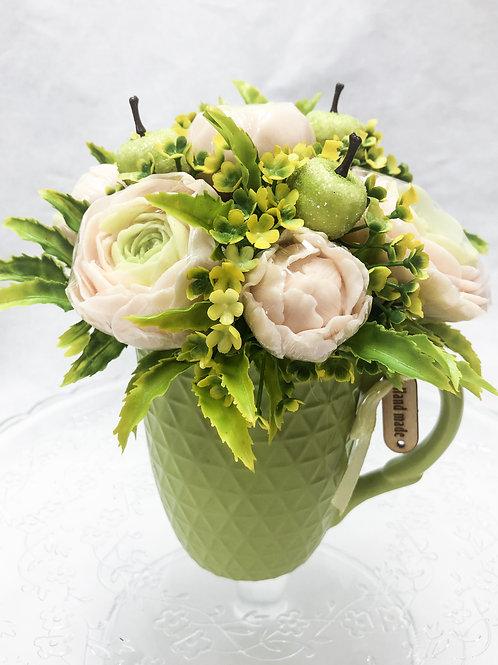 Ароматный нежно зеленый букет в керамической кружке
