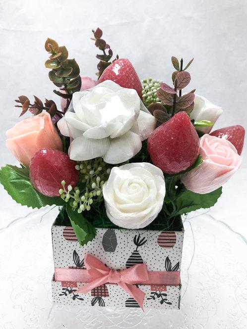 Ароматный букет роз с клубничками