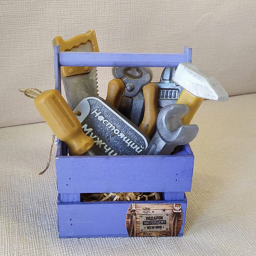 Набор инструментов в корзине для настоящего мужчины