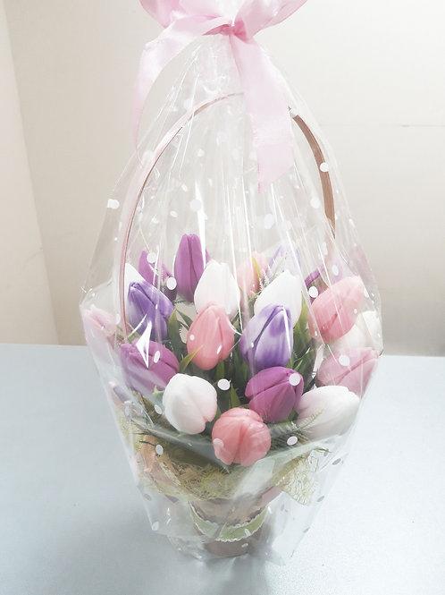 Ароматные тюльпаны в корзинке