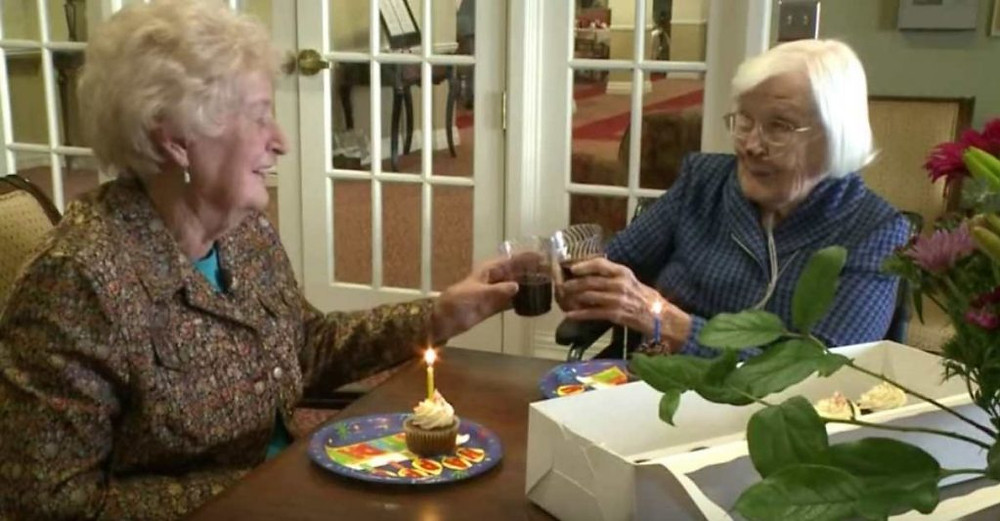 Phyllis Hines e Barbara Noone, ambas de 95 anos, são inseparáveis e estão juntas desde que tinham 11 anos de idade – 84 anos atrás!