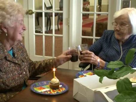 Idosas de 95 anos comemoram 84 anos de amizade com vinho e cupcakes