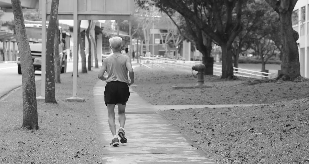 idoso-fazendo-exercício-físico-malhando-fitness-           musculação-terceira-idade-esporte-corrida-caminhada-tênis-marca-melhor-parque-atividade-fisica