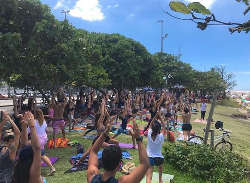Yoga gratuita aos domingos na Orla Carioca!