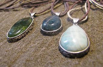 Jade, Apatit, Amazonit in Silber gefasst