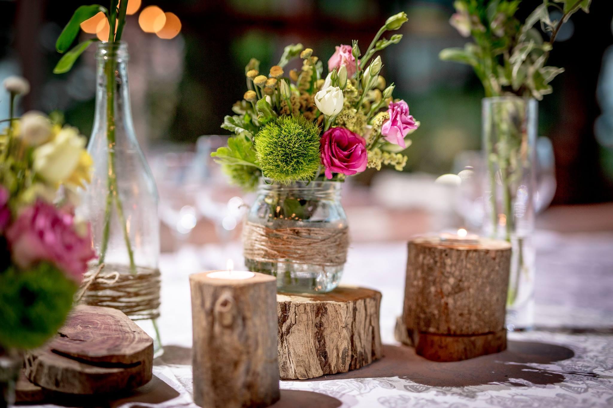 צנצנת פרחים ועצים