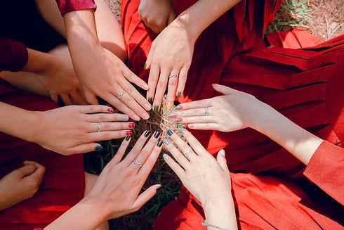 verschiedene Hände mit gestrichenen Nägeln