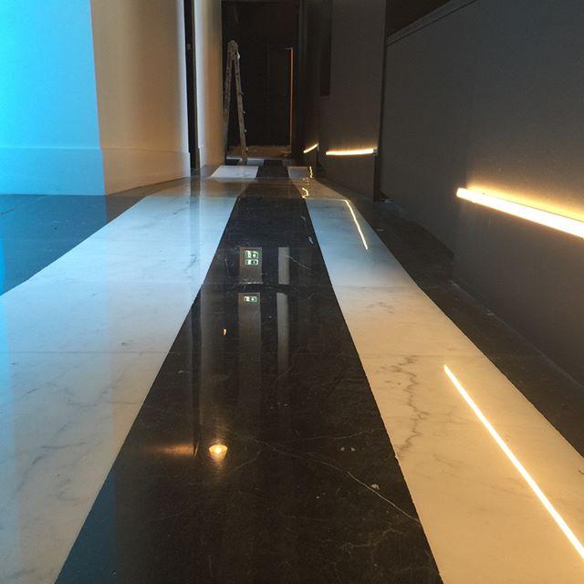 Pavimentazione corridoio laterale HOTEL SENATO BIANCO ALTISSIMO e NERO MARQUINA